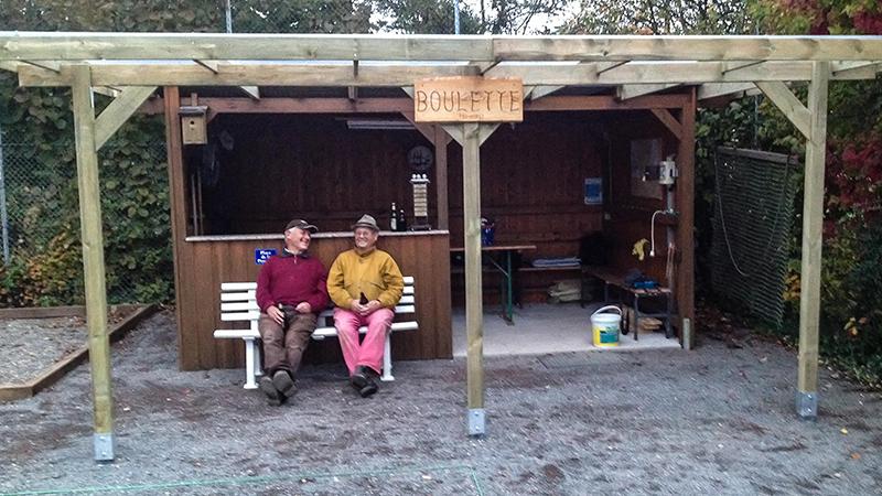 Die Überdachung ist fertig und ist super geworden. Hier zwei der Baumeister. Peter und Ernst.